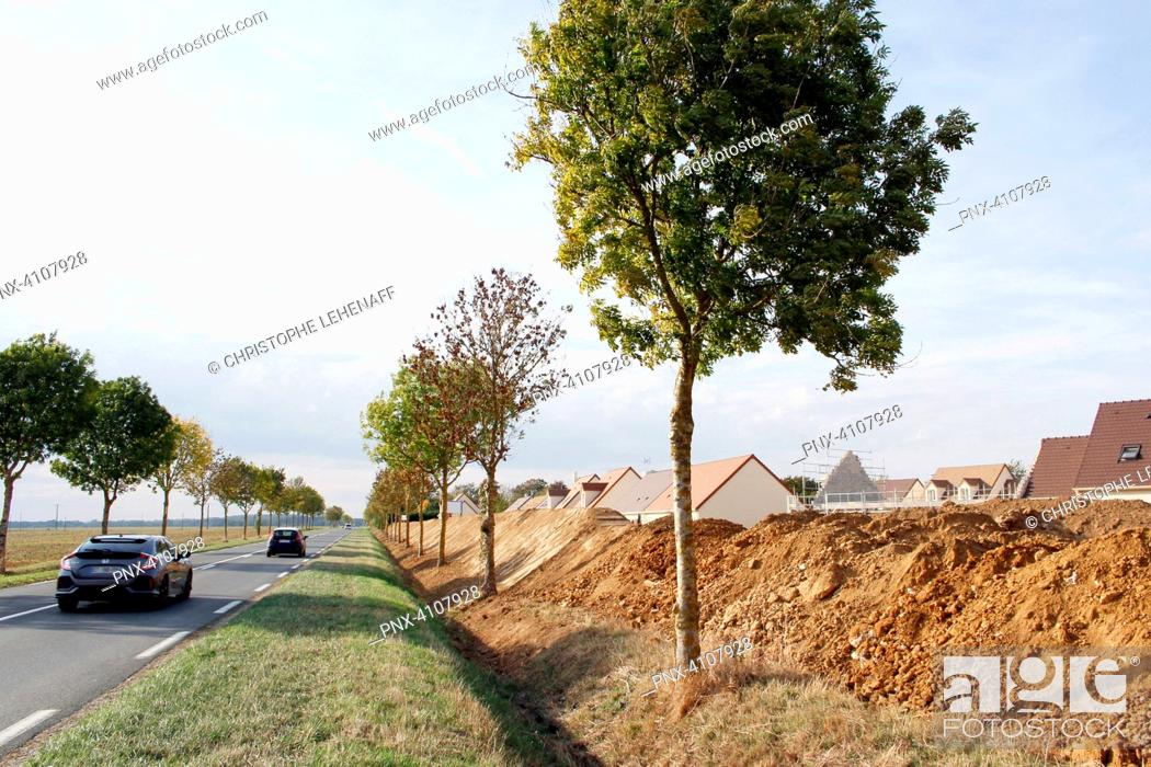 Imagen: Seine et Marne. Housing development under construction. Construction of an anti-noise hillock to protect the houses from the noise of the departmental road.