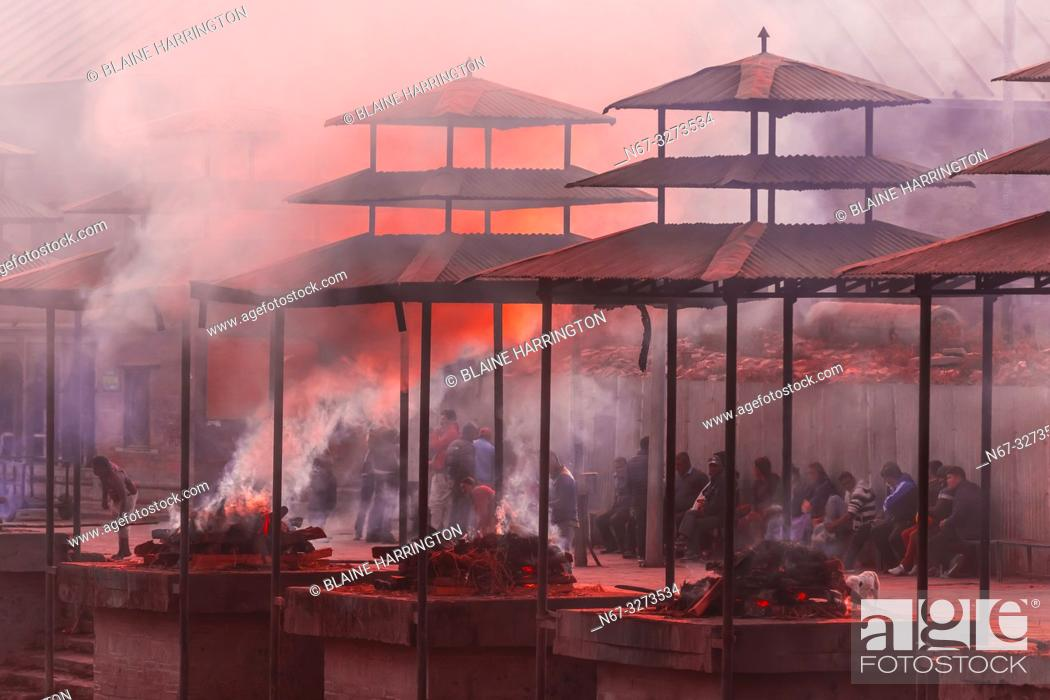 Imagen: Funeral pyres are tended for many hours until cremated corpses are turned to ash, Pashupatinath Temple, a Hindu temple along the Bagmati River in Kathmandu.