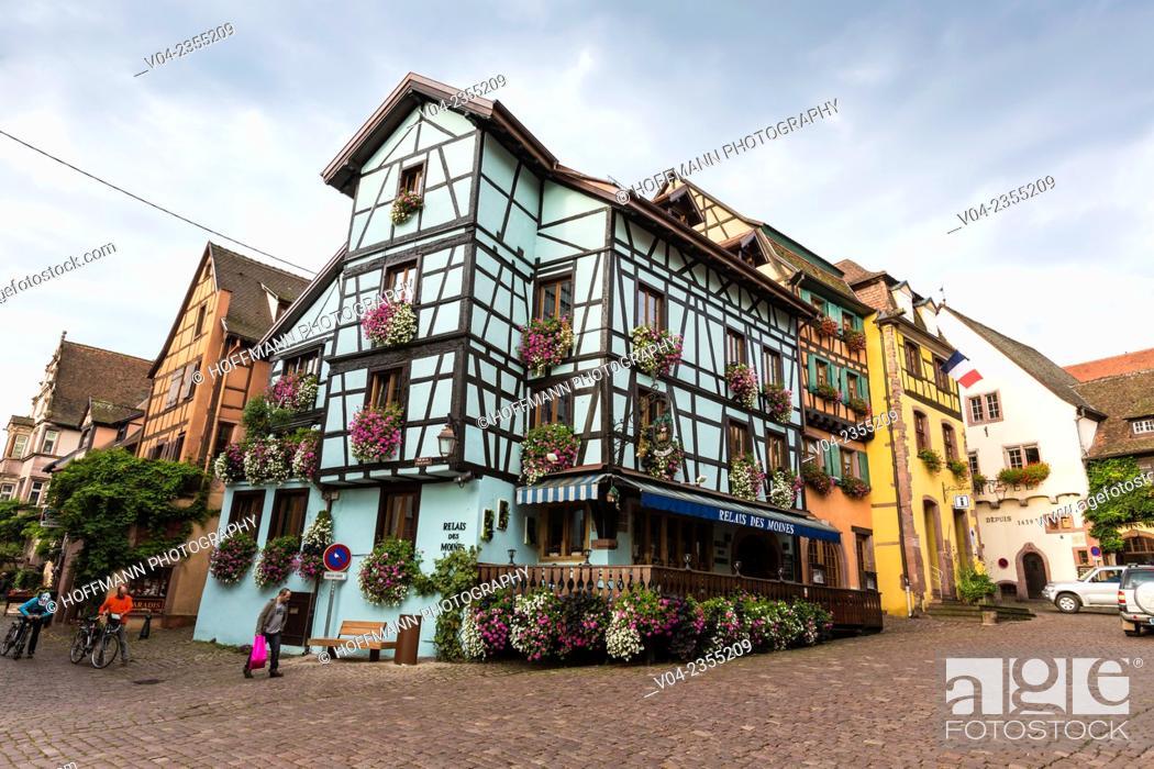 Imagen: The picturesque village of Riquewihr, Alsace, France, Europe.