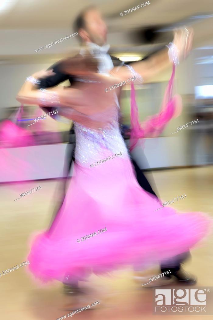 Stock Photo: Tanzendes Paar auf Tanzwettbewerb, Bewegungsunschärfe.