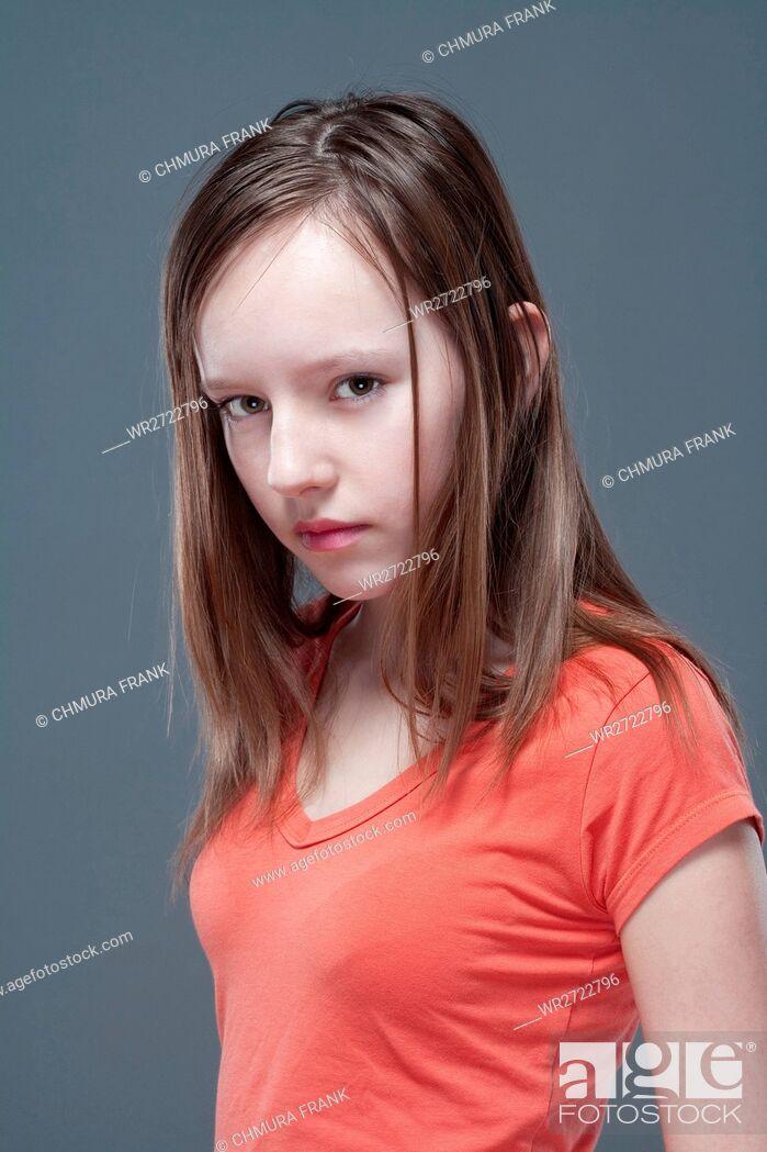 Imagen: studio portrait of a pretty, eleven years old girl.