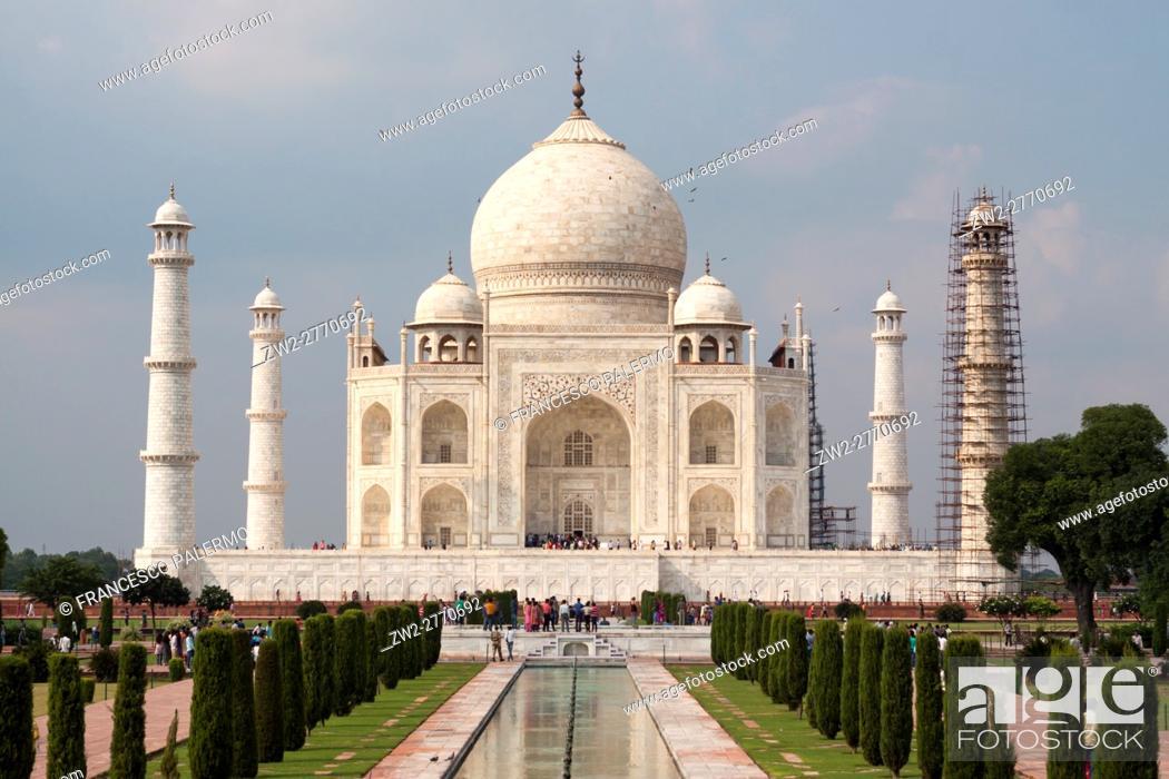 Stock Photo: The sun illuminate the Taj Mahal in a summer afternoon. Agra, Uttar Pradesh. India.