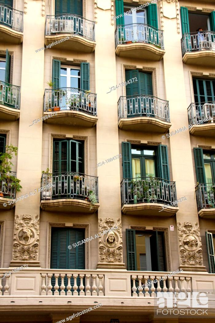 Imagen: Façade decorated with borders overloaded with 3 faces of men that looking at street Constructed in 1935 Mallorca street nº 352.