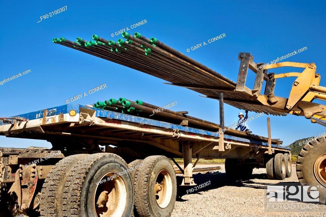 Imagen: Loading drill pipe in oil-gas well area in Colorado.