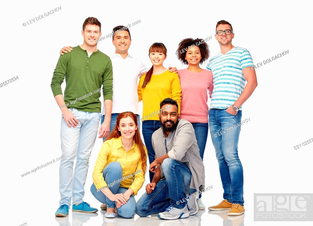 Imagen: diversity, race, ethnicity and people concept - international group of happy smiling men and women over white.