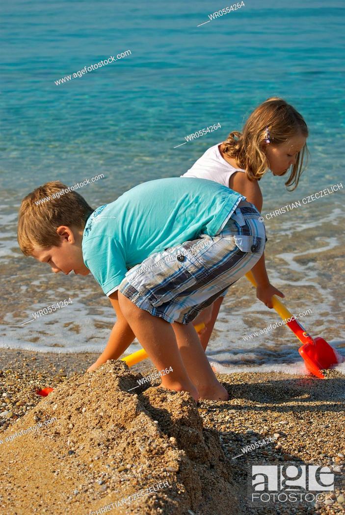 Imagen: Children playing on the beach.