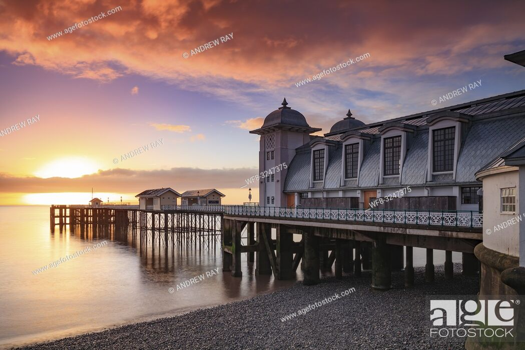 Imagen: Sunrise at Penarth Pier in South Wales, captured from the promenade in mid February.