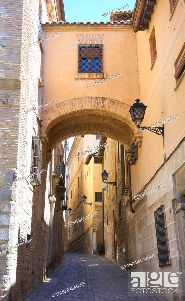 Imagen: Toledo Angel street arch in Castile La Mancha of Spain.