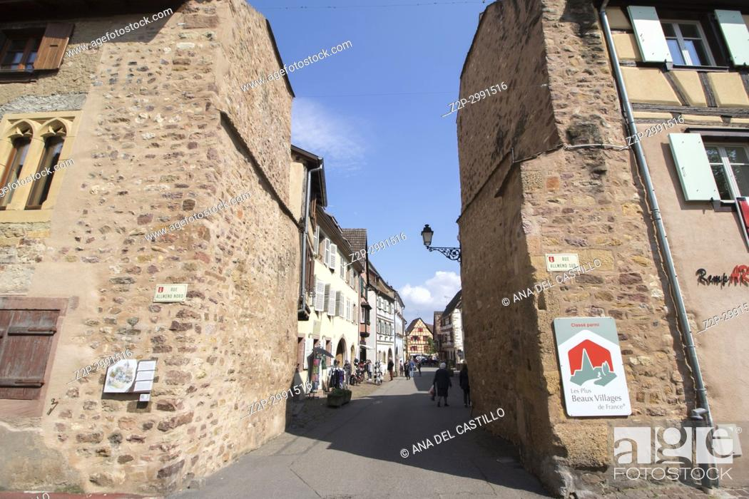 Imagen: Eguisheim village, traditional colorful houses on May 14, 2016 in Alsace, France.