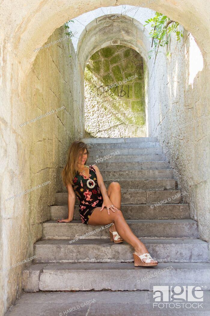 Imagen: Beautiful woman posing for the camera in Livadia Palace in Alupka, Crimea.