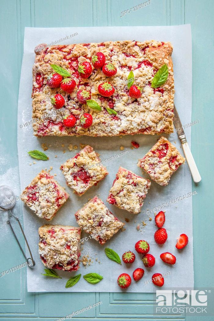 Photo de stock: Sponge cake with fresh strawberries and crumble topping.