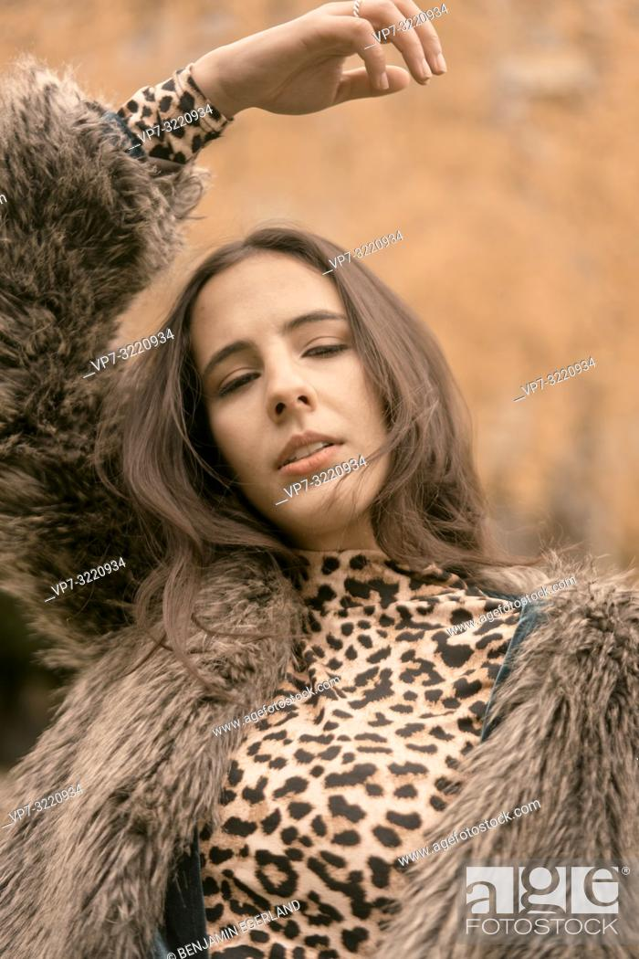Imagen: portrait of playful woman with fashionable clothes, expressing desire and sensual emotions, autumn season, dreamer, day dreaming, in Munich, Germany.