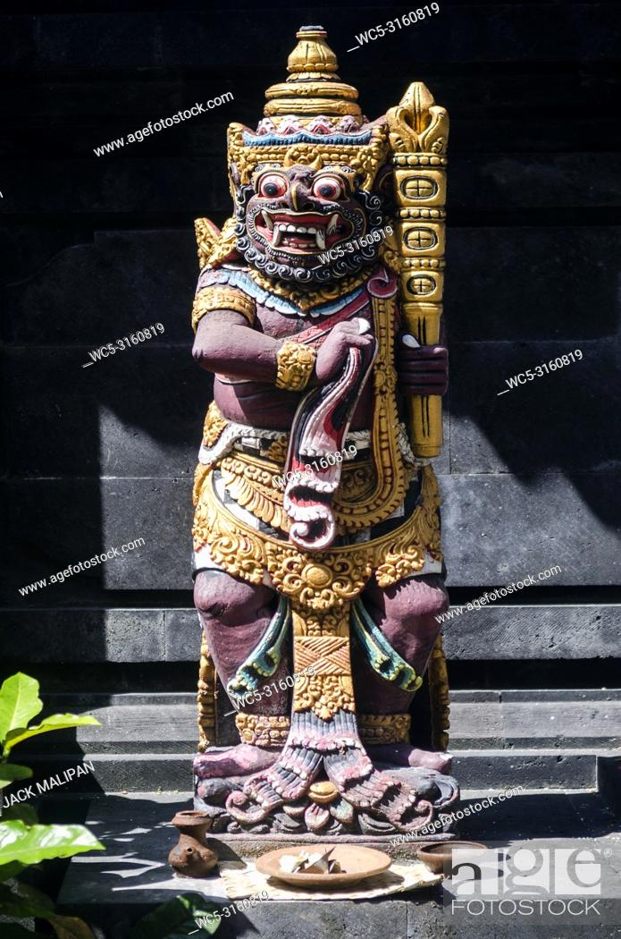 Imagen: traditional ancient balinese hindu statues in bali temple indonesia.