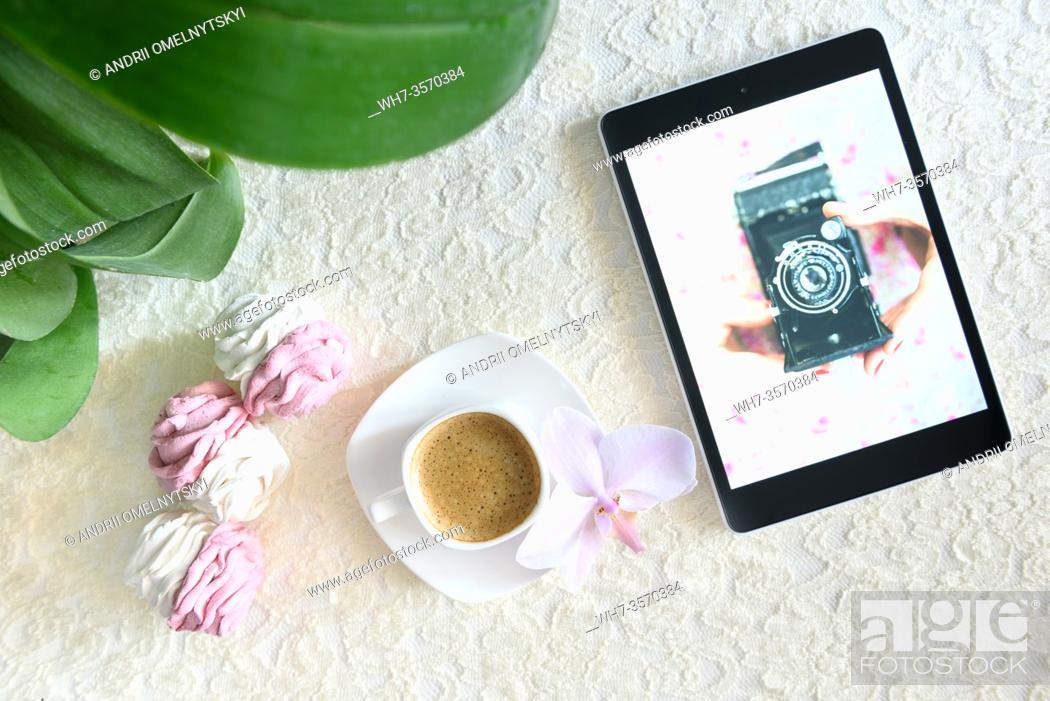 Imagen: handmade marshmallows next Cup of coffee and a tablet with a picture of the camera.