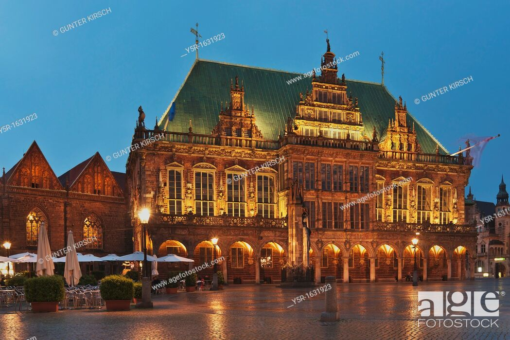 Photo de stock: View over the marketplace of Bremen to the town hall The Bremen Town Hall is one of the most important monuments of the Gothic and the Weser Renaissance in.