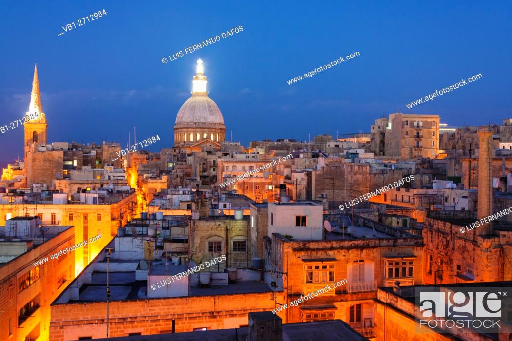 Imagen: Overview at dusk of illuminated historic city of Valletta, Malta.