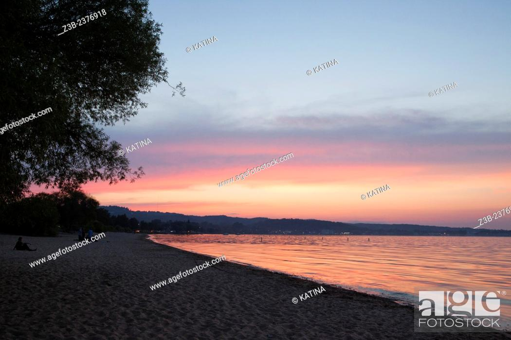 Imagen: Brilliant pink sunset in summer on Lake Michigan in Traverse City, Michigan, MI, USA.