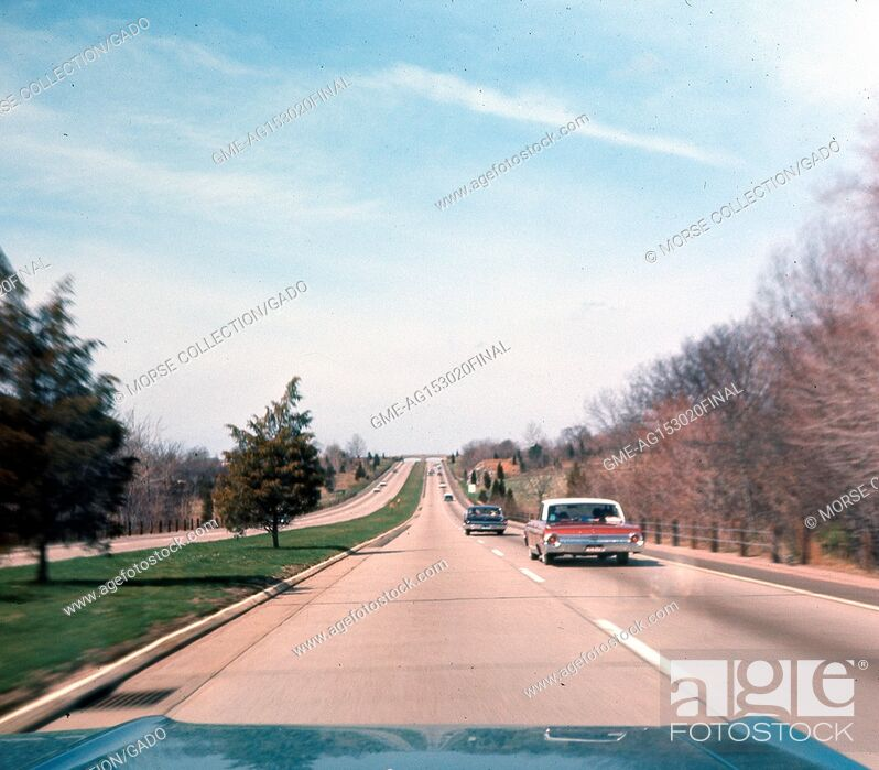Imagen: View from the front passenger seat of a car traveling southwest on the Wilbur Cross Parkway outside of New Haven, Connecticut, May, 1964.