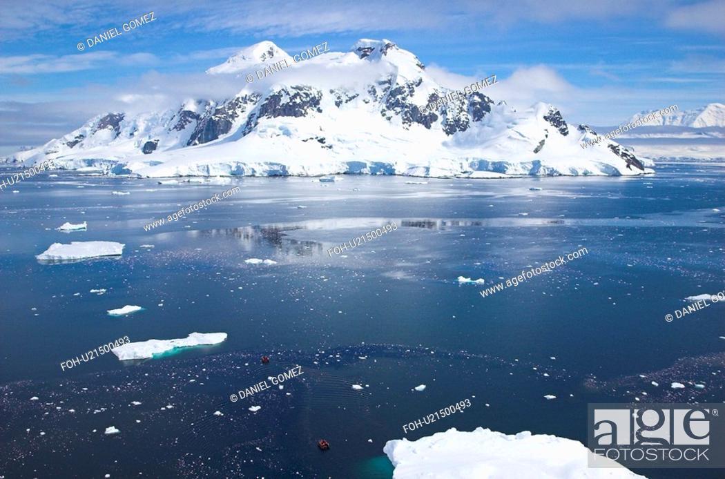 Imagen: Bird's view of Paradise Bay on quiet summer day, Antarctic Peninsula.