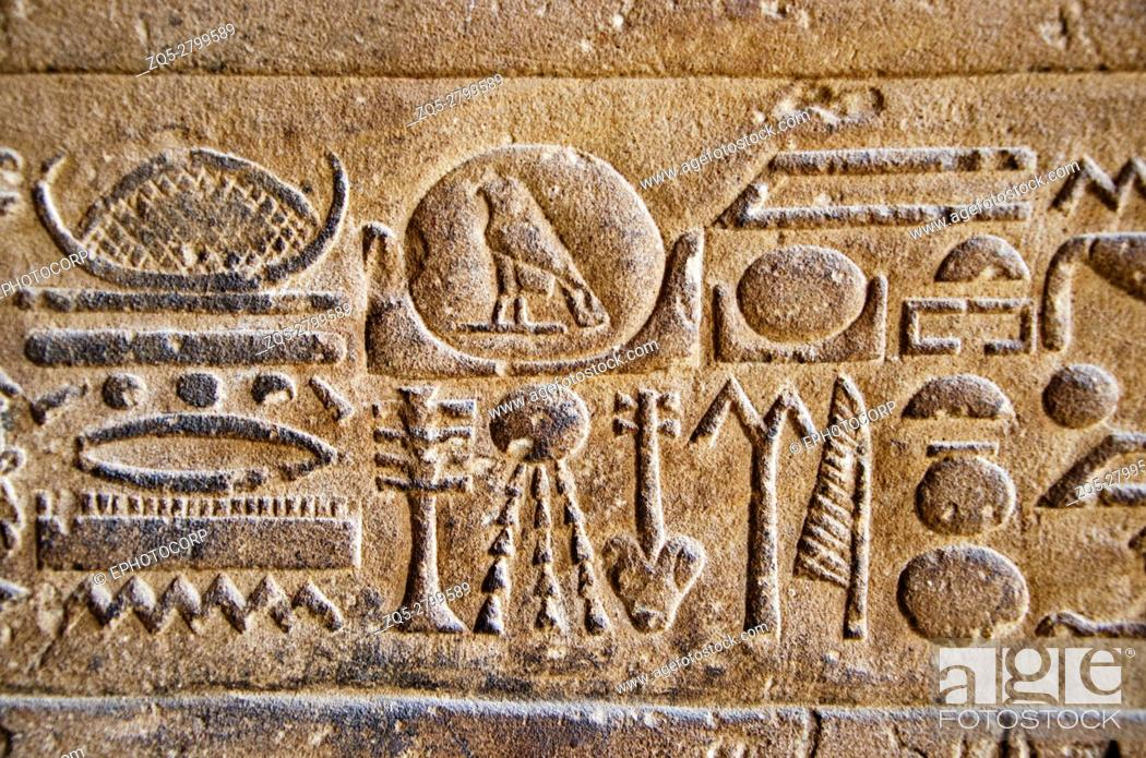 Imagen: Carvings on the inner wall of Edfu Temple, It is one of the best preserved shrines in Egypt, Dedicated to the falcon god Horus.