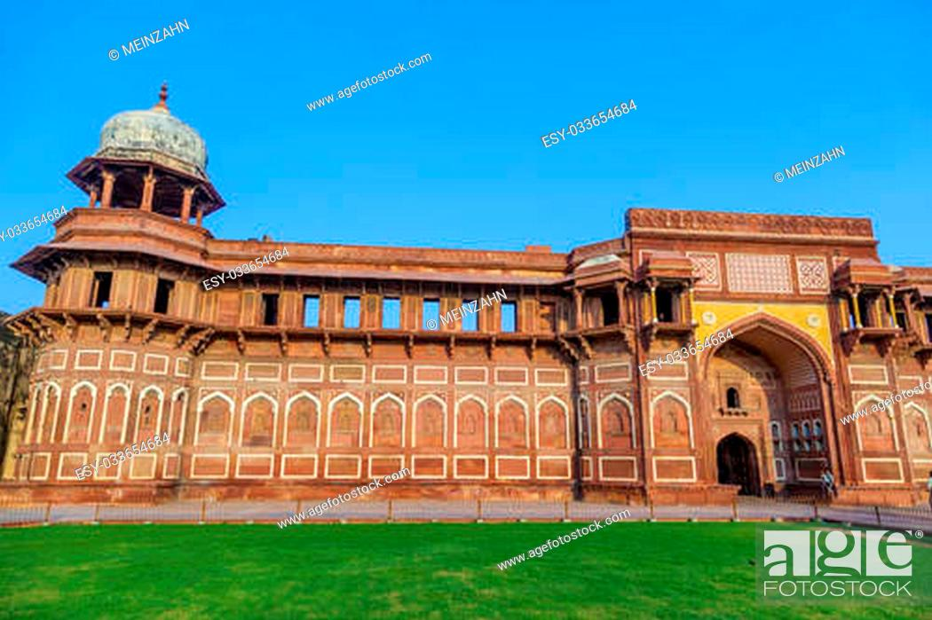 Imagen: India: Agra Red Fort, a Unesco World Heritage site, and one of the biggest tourist highlights, just 2 km of Taj Mahal. Built by several Mughal emperors from XV.