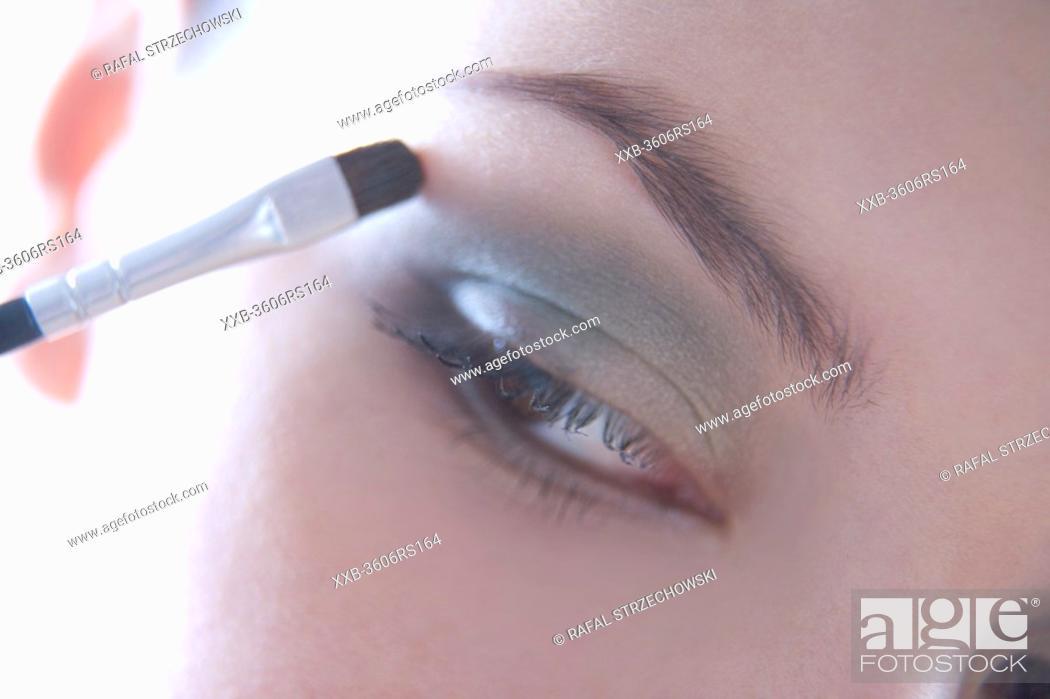 Imagen: woman putting eye shadow.