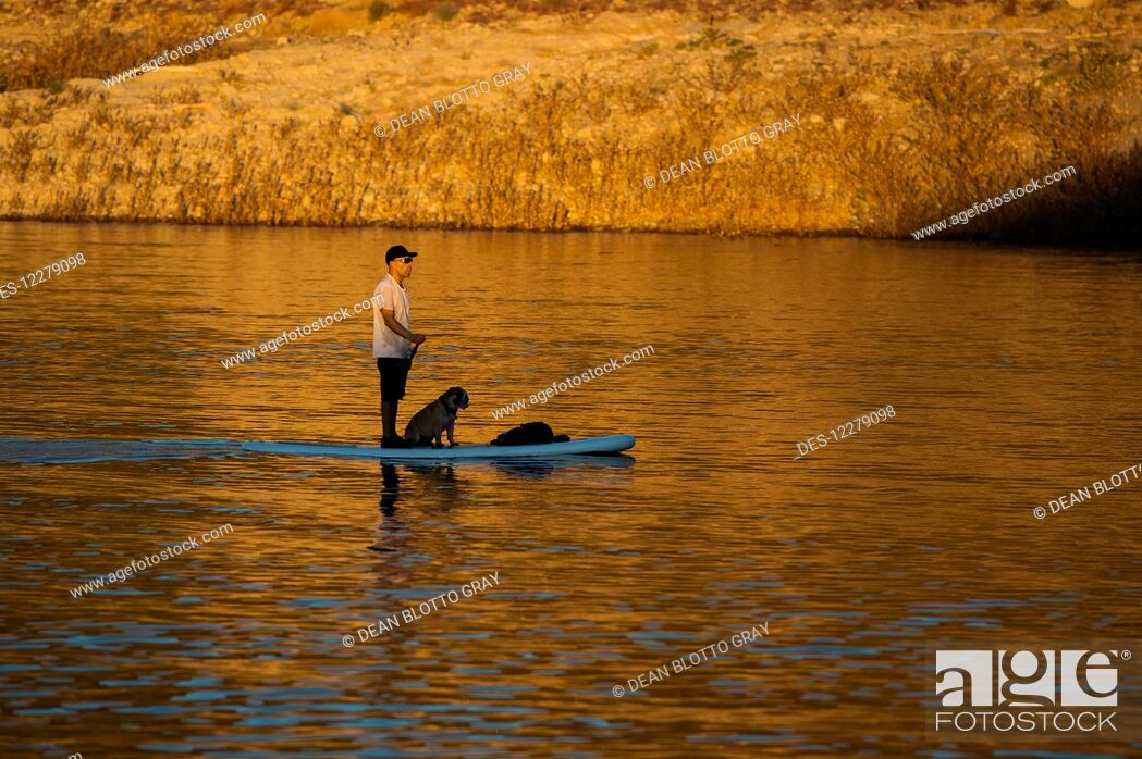 Imagen: Stand up paddle boarding on tranquil Lake Pleasant; Arizona, United States of America.