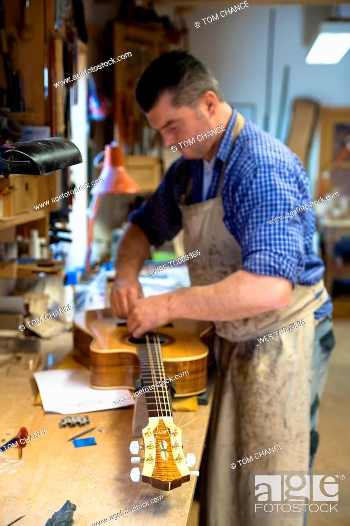 Imagen: Guitar maker in his workshop.