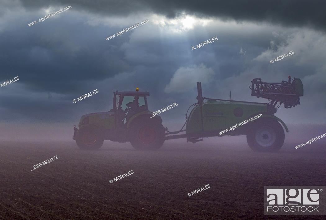 Photo de stock: France, Department of Oise (60), Senlis region, agricultural territories, field crops, chemical treatment of crops with very wide spreading behind a tractor.