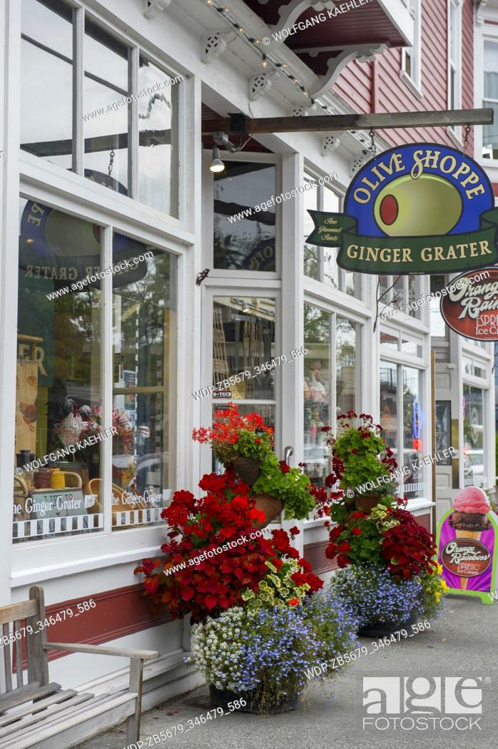 Imagen: Flower containers in front of shops in the historic town of La Conner in Washington State, United States.