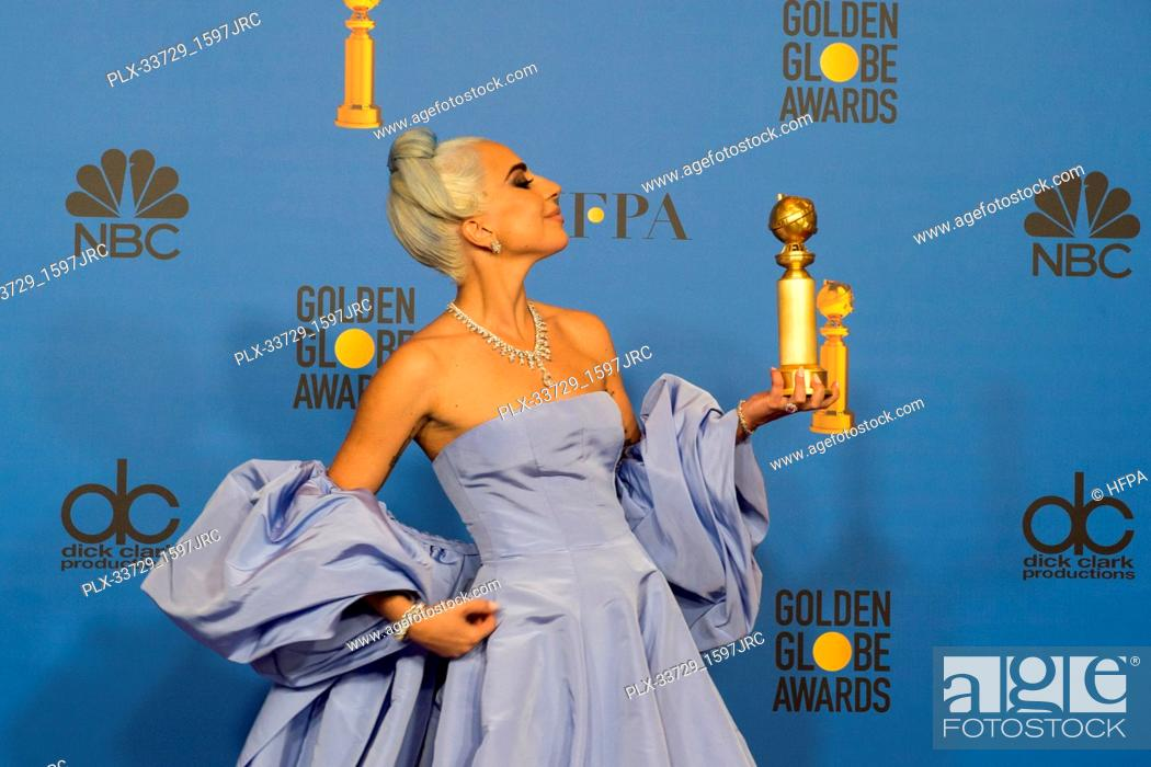"""Imagen: After winning the category of BEST ORIGINAL SONG – MOTION PICTURE for """"""""Shallow"""""""" from """"A Star Is Born"""", Lady Gaga, poses with the award backstage in the press."""