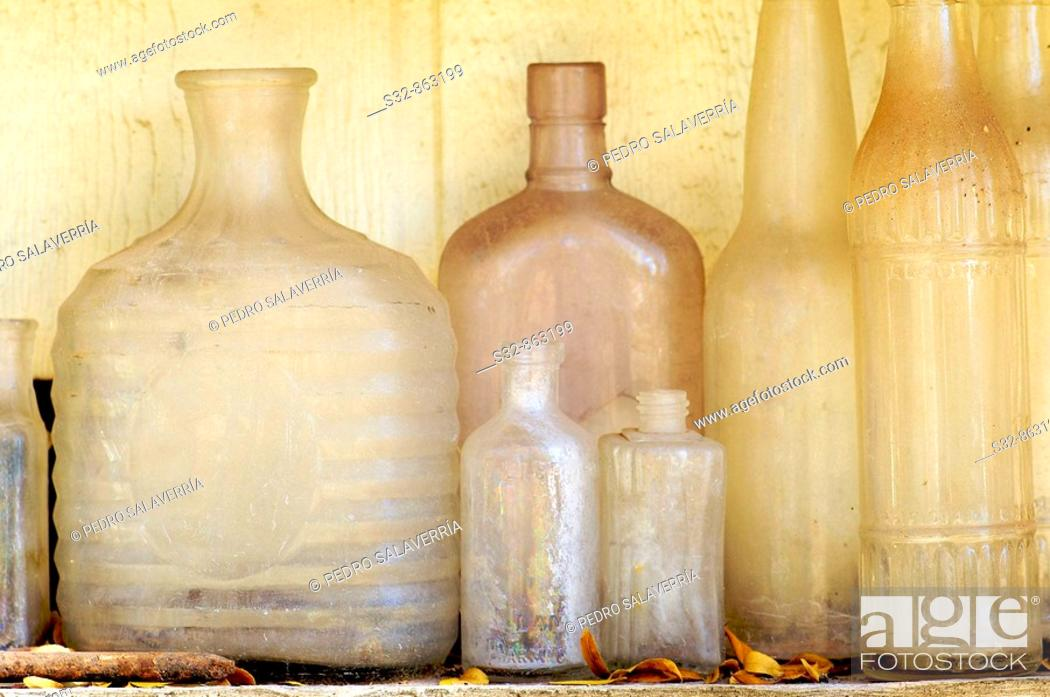 Stock Photo: Botellas de cristal viejas.