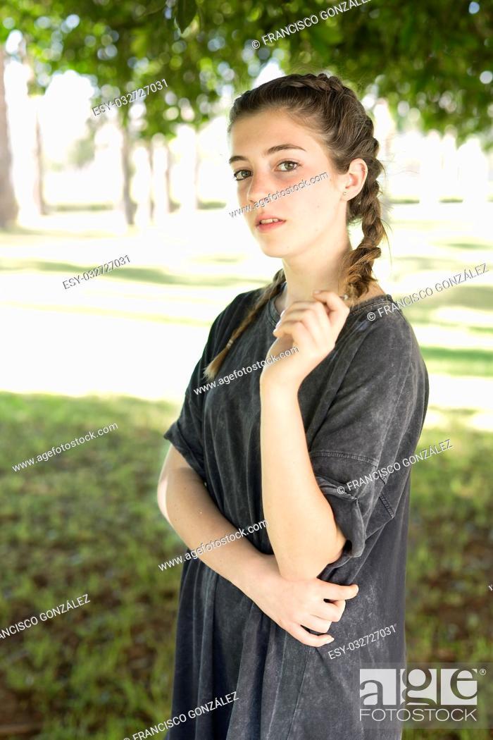 Photo de stock: Girl in gray dress in the gardens of the University of Alicante, Spain.