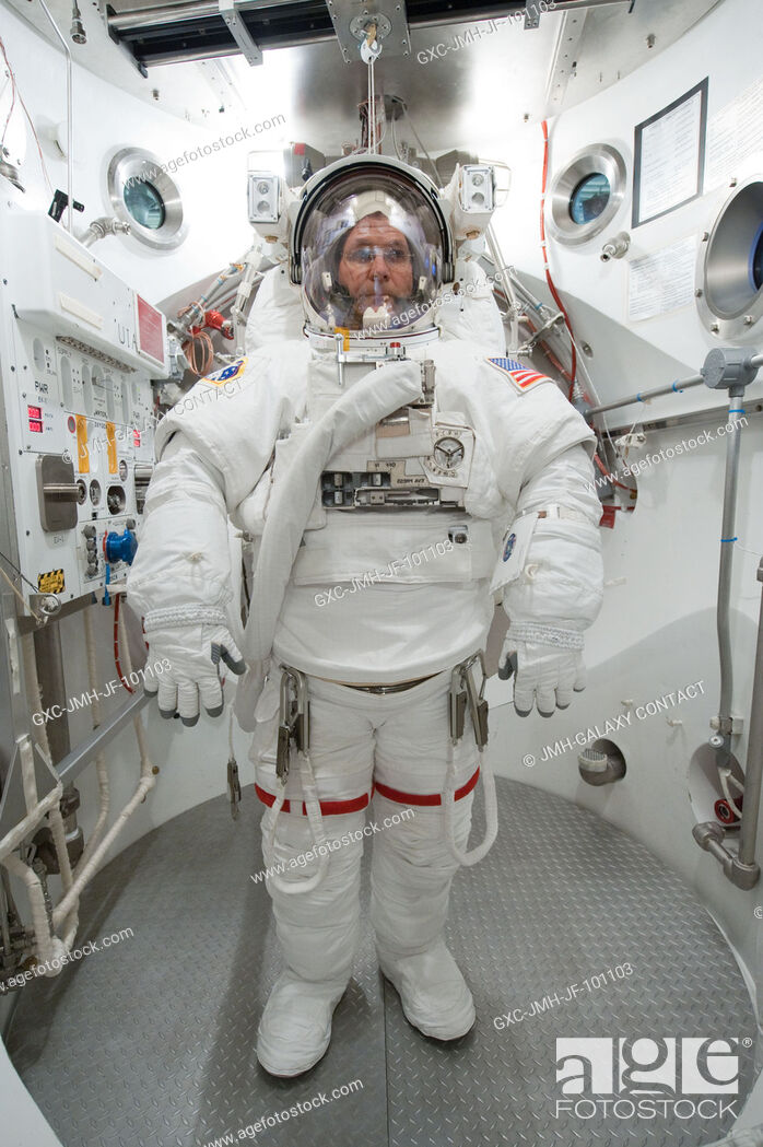Imagen: NASA astronaut Kevin Ford, Expedition 33 flight engineer and Expedition 34 commander, participates in an Extravehicular Mobility Unit (EMU) spacesuit fit check.