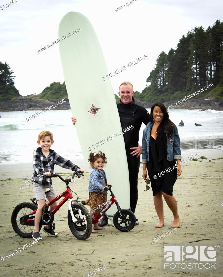 Imagen: Family on the beach at Tofino, British Columbia, Canada.