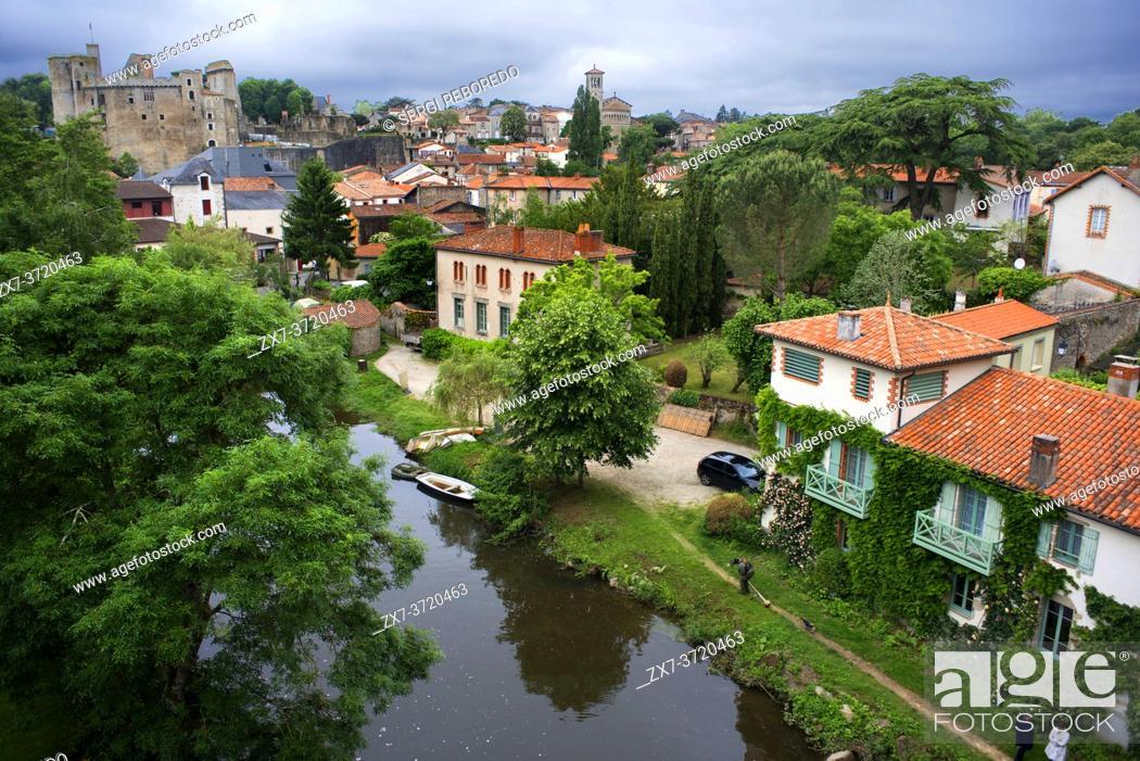 Imagen: Clisson village with the castle in the Sevre Nantaise river, Nantes, Loire Atlantique, France.