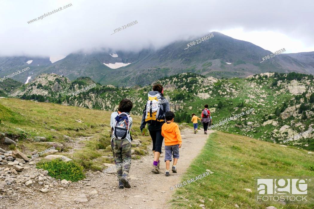 Stock Photo: escursionistas en la vuelta de los lagos inferiores del Carlit, pirineos catalanes, comarca de Capcir, Francia.