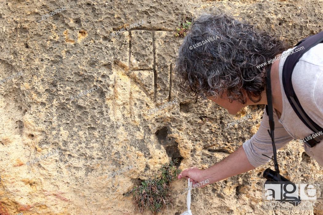 Imagen: Latin Inscription in Roman quarry in Playa larga near Tarragona. Spain.