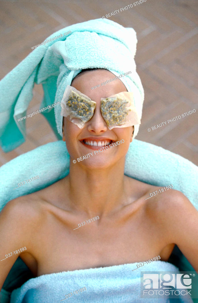 Imagen: Woman with camomile tea bags on her eyes.
