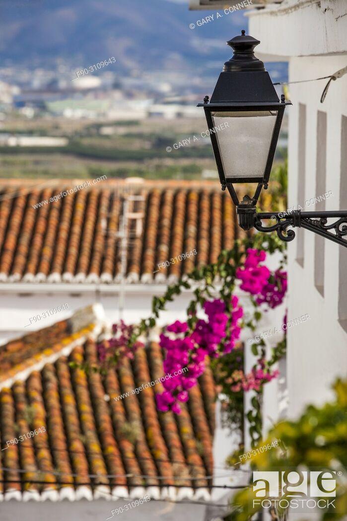 Imagen: Streetlight with bougainvillea blooms in Salobreña, Granada, Spain.