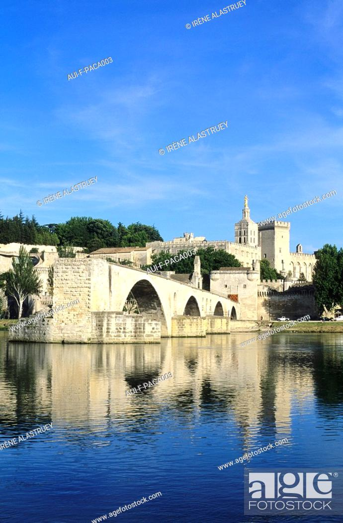 Stock Photo: Vaucluse - Haute-Provence - Avignon - Palais des Papes - Pont St-Benezet.