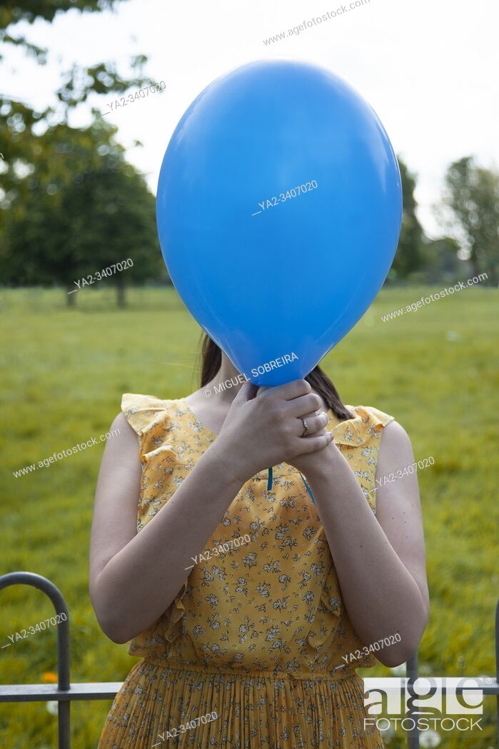 Imagen: Woman With Balloon in Front of Face.