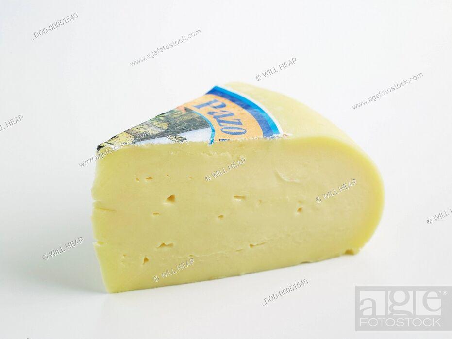 Imagen: Slice of Spanish Arzua-Ulloa DOP cow's milk cheese.