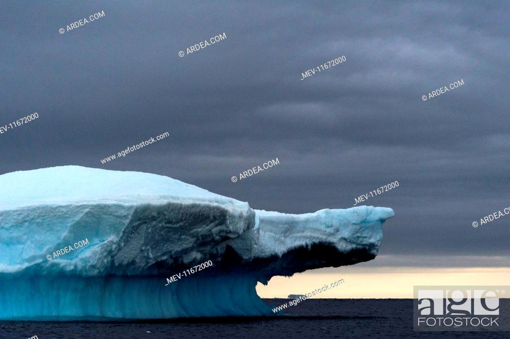 Imagen: Iceberg at dusk .