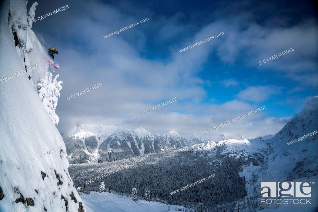 Imagen: Man skiing in backcountry at Mt. Baker, Washington.