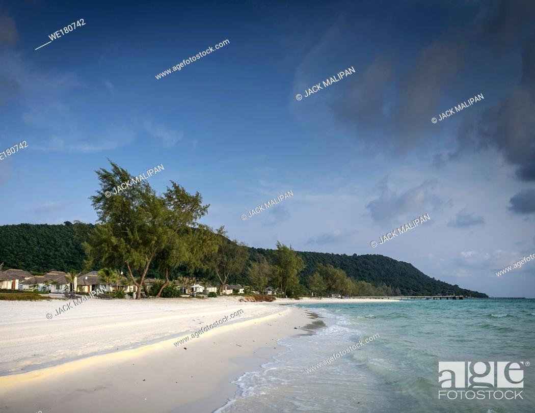 Imagen: long beach resort area view in tropical paradise koh rong island cambodia.