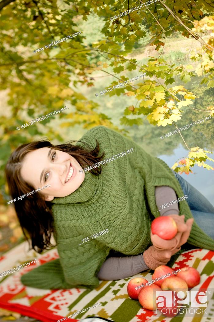 Imagen: Czech Republic, Young woman with apples.