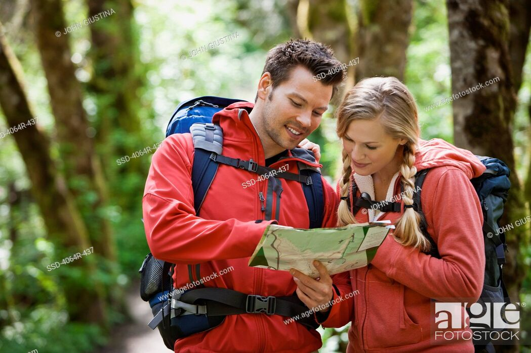 Imagen: Portland, Oregon, USA, Couple hiking, stopping to look at map.