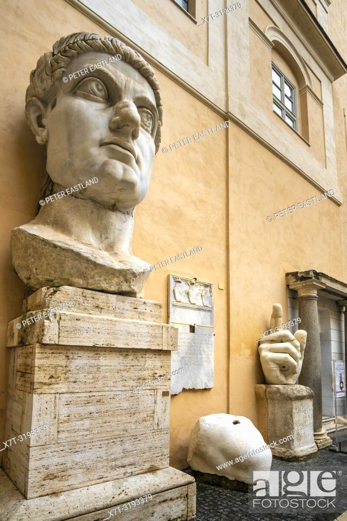 Imagen: The head and hand of the Colossus of Constantine in the courtyard of the Palazzo dei Conservatori, part of the Capitoline Museums, Rome, Italy.