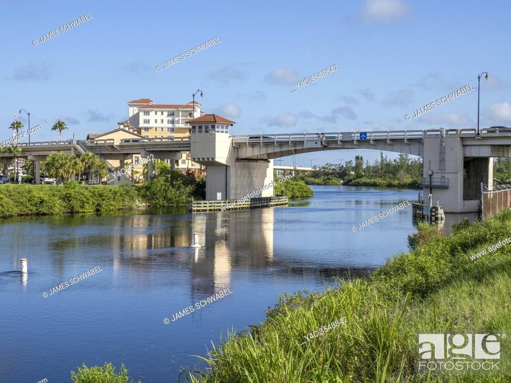 Imagen: The Gulf Intercoastal Waterway in the Gulf coast city of Venice Florida in the United States.